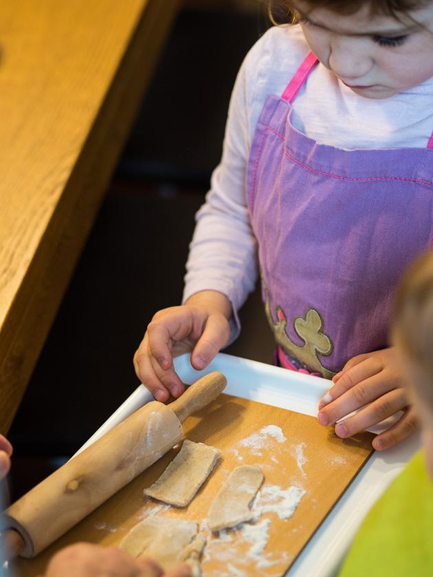 Gesunde Clean Eating Kekse - Mädchen beim Kekse backen