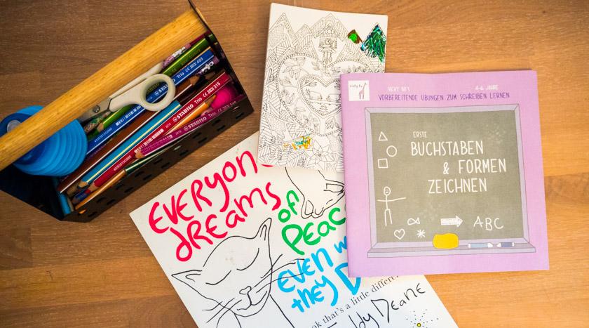 Ordnung im Kinderzimmer - Malbücher und Stifte