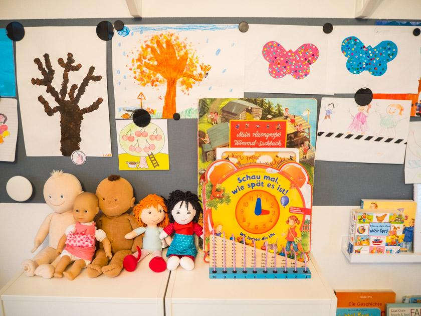 Ordnung im Kinderzimmer - Puppen & Magnetwand mit Kinderzeichnungen