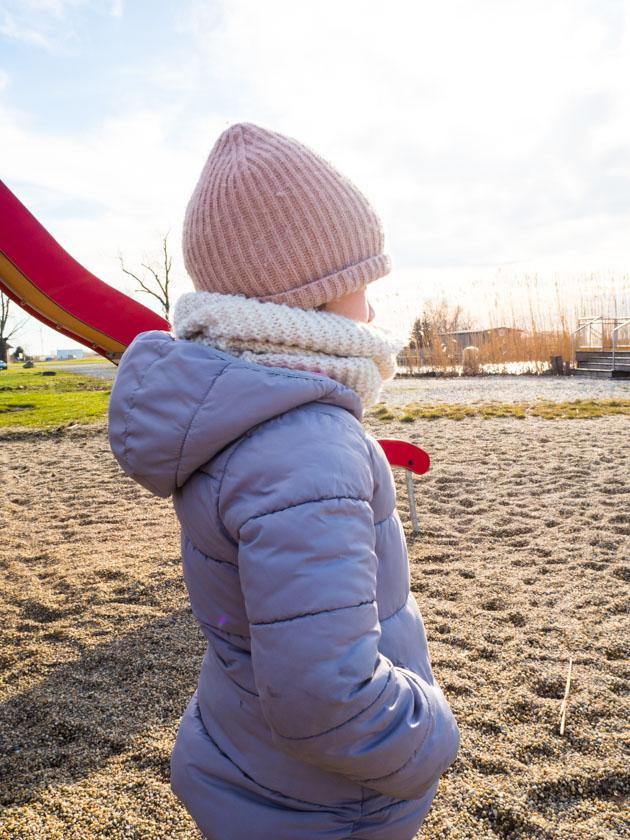 Mit Kindern gesund durch den Winter_Mädchen am See