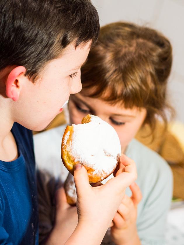 Krapfen backen mit Kindern_Kinder Krapfen essend