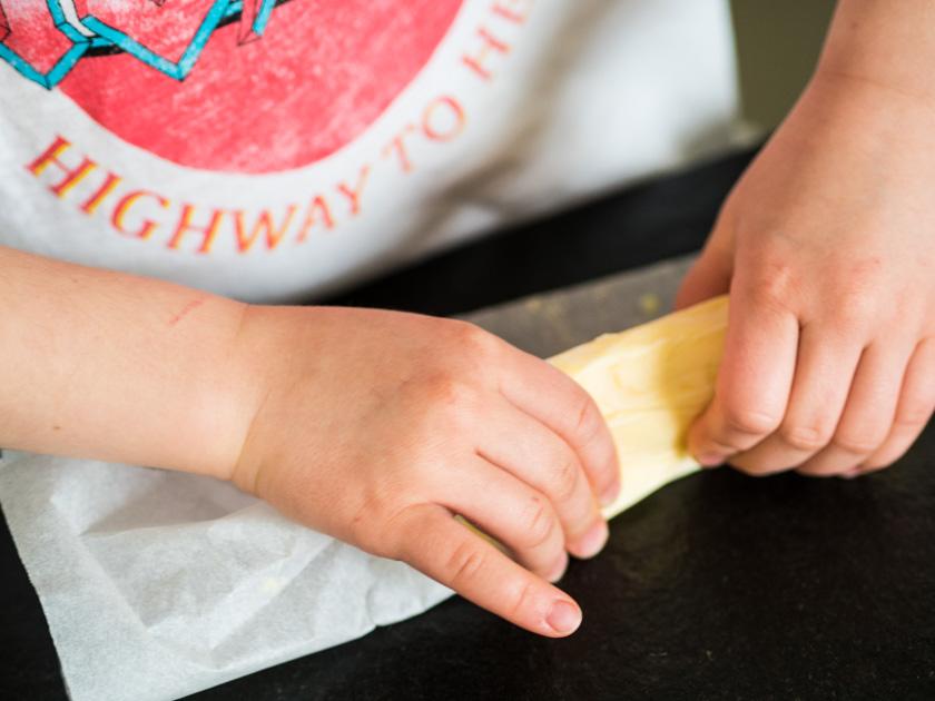 Butter selber machen mit Kindern_Mädchen macht Butter