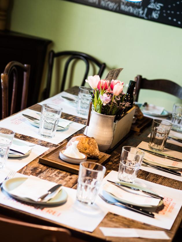 Greisslerei beim Taubenkobel_Esstisch mit Blumen