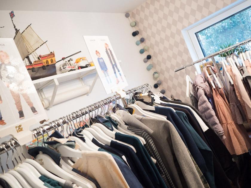 Pompdelux Home Shopping_Kleiderstange mit Jungs Kleidung