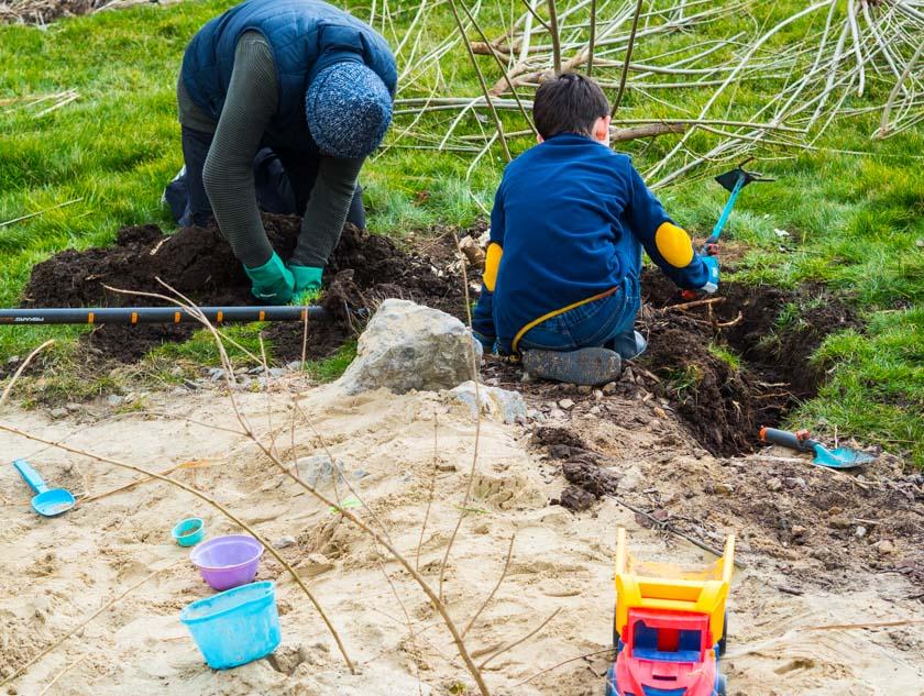 Weidentipi mit Kindern bauen_Graben ausheben