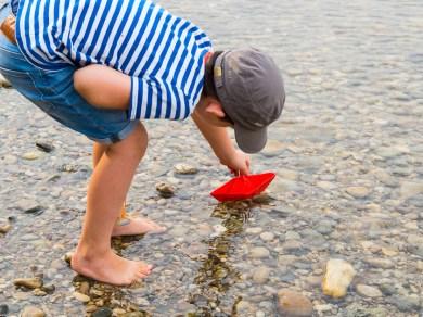 Sommerferien Bucket List_Papierschiffe ins Wasser setzen