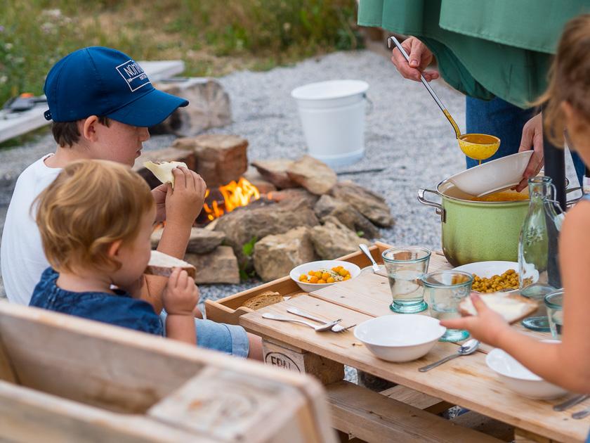 Landlofts von Sonnentor_Kürbissuppe am Lagerfeuer essen