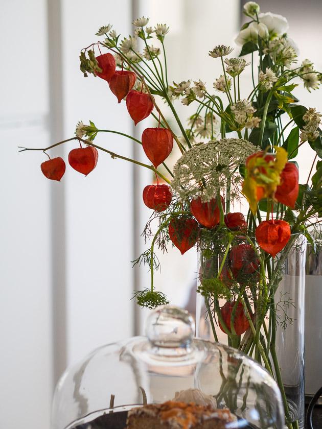 Mama mit Kindern im Herbst_Blumenstrauss Lampionblume