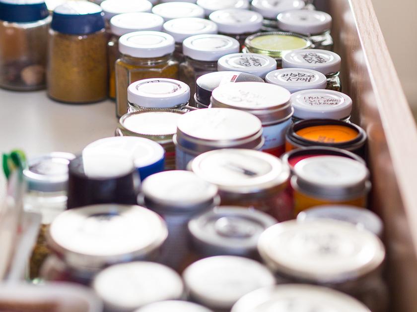 Familien-Küchen-Organisation leicht gemacht_Gewürze in Gläsern abgefüllt