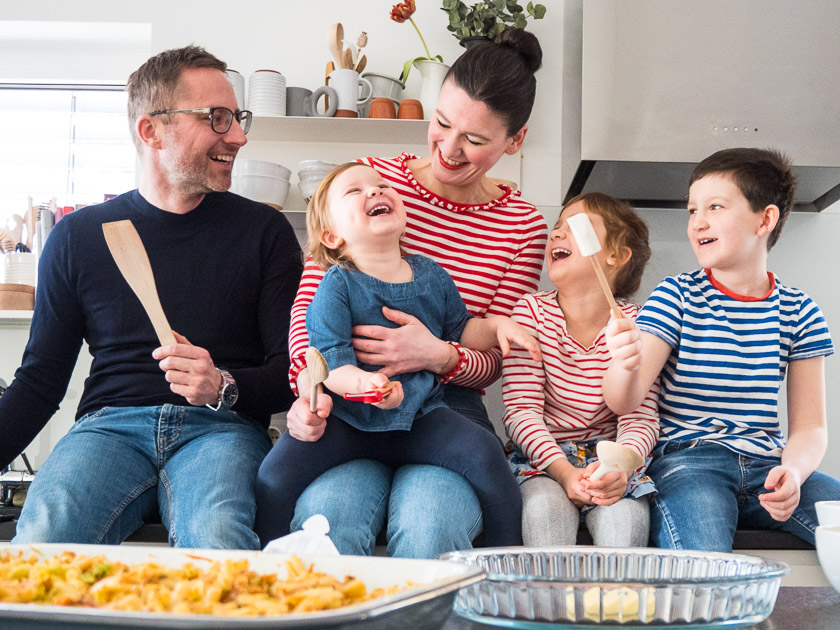 KochEvent Familienküche. Gemeinsam mit vielen kleinen & großen Händen Köstlichkeiten zubereiten, genießen und ein richtiges Kennenlernen! Plus 2 Familien-Rezepte.
