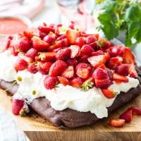Ein einfach köstlicher Muttertags-Erdbeer-Kuchen & das weniger einfache Leben der Mütter im Schatten… a bitter sweet harmony!