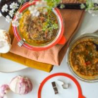 Geht zu allem Melanzani Soße oder vegetarisches Beef Tatar mit Würze volle Pulle