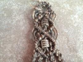 portachiavi in corda grezza colorata e perline di vetro grigie