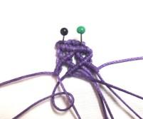 Tendere il secondo filo da sinsitra verso destra e lavorarci sopra con il terzo filo un nodo cordoncino