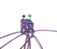 Tendere il settimo filo da sinistra verso sinistra e lavorarci sopra con il sesto filo un nodo cordoncino