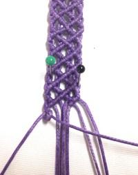 Prendere il primo filo da sinistra, tenderlo verso destra e realizzare una barretta di nodi condoncino orizzontale con tutti i fili sottostanti.