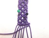 Realizzare una seconda barretta di nodi cordoncino orizzontale con il primo filo da destra teso verso sinistra con tutti i fili sottostanti.