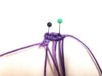Tendere verso destra il primo filo di sinistra e con il secondo filo lavorare un nodo cordonicno obliguo