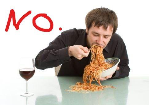 Comiendo torcido, sin masticar. No es correcto.