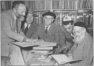 מימין הגאון רבי יוסף בן נאים בספרייתו, שני משמאל בפינה ר' מכלוף בנו של שלום