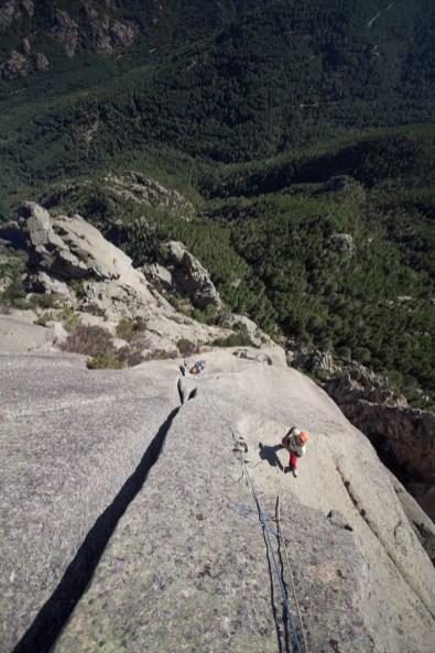 La cordée progresse entre fissures et dalles de granit