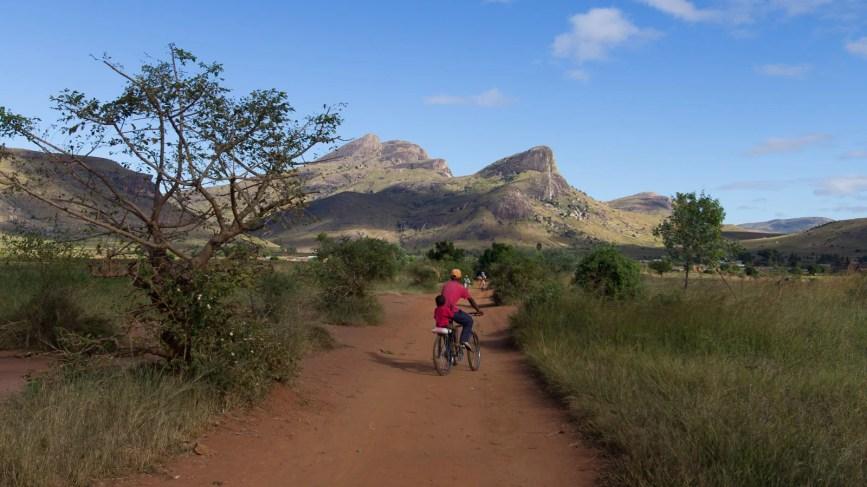 Un père et son fils vont au marché de Vohitsaoka en vélo