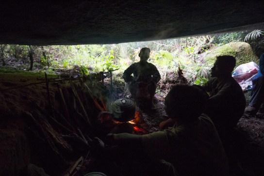 Notre camp installé par l'équipe au milieu du chaos de blocs abritant les grottes à explorer