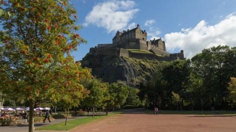 Le château d'Edimbourg vu depuis une des jardins de Princes Street