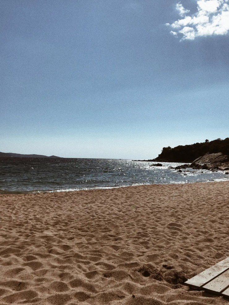 La plage de sable ocre