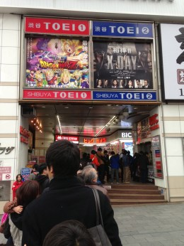 "En ce 30 mars, date de sortie du film ""Dragon Ball Z - Battle of Gods"" les spectateurs font la queue pour assister à la projection au cinéma Shibuya Toei."
