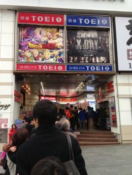 """En ce 30 mars, date de sortie du film """"Dragon Ball Z - Battle of Gods"""" les spectateurs font la queue pour assister à la projection au cinéma Shibuya Toei."""