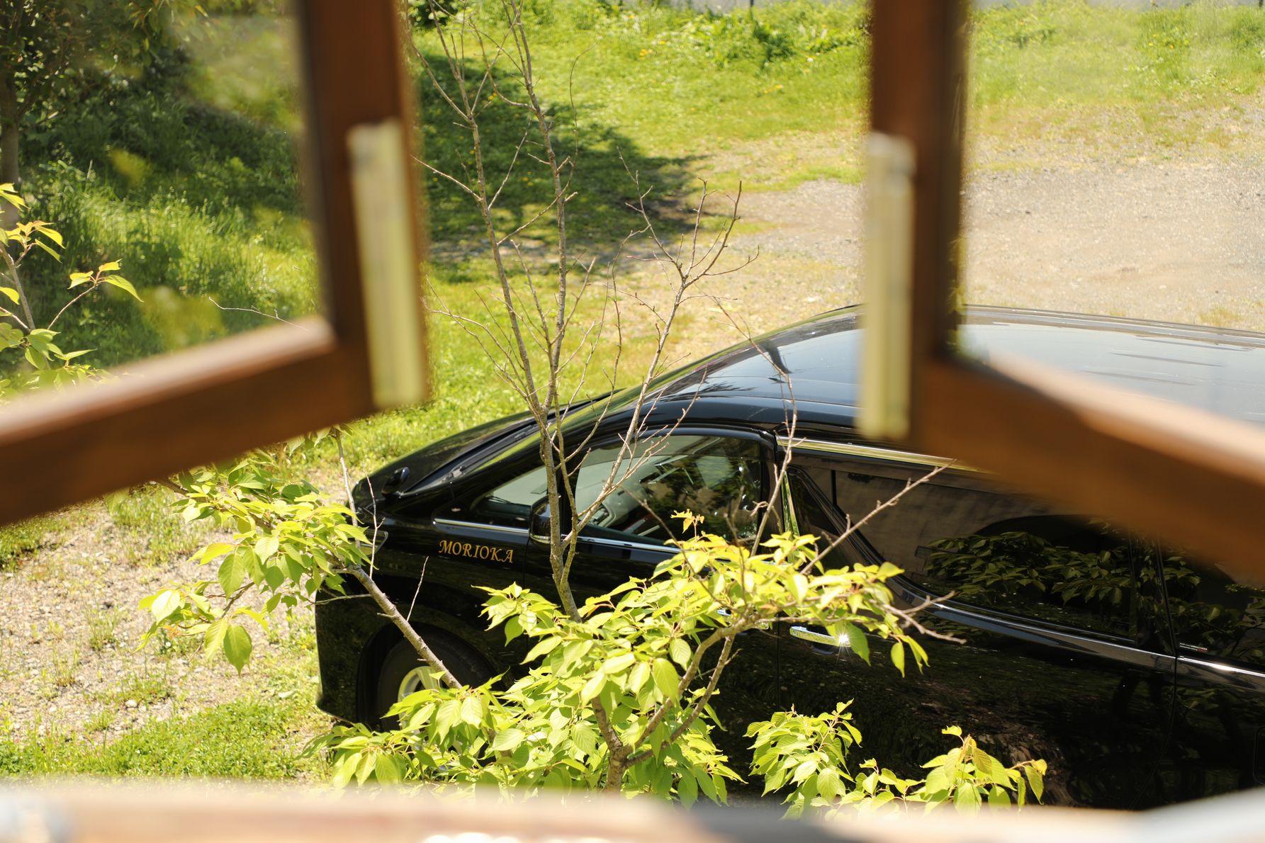 窓越しのアルファード