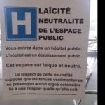 国立病院入口に掲示された説明文。「ここは公立病院です。ライシテ(政教分離)の中立性を守る空間です。外見や衣服が何ら宗教色を表すことのないようにお願いします」