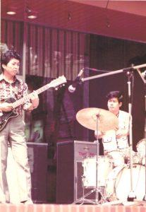 新宿三井ビル55(ゴーゴー)広場にて 1975年4月20日 全三井音楽祭(落成イベント) 左がモリパパ、右がTYさん
