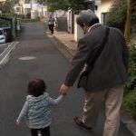 孫とよちよち歩き