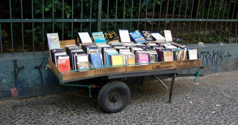 通りの片隅で売られている古本たち