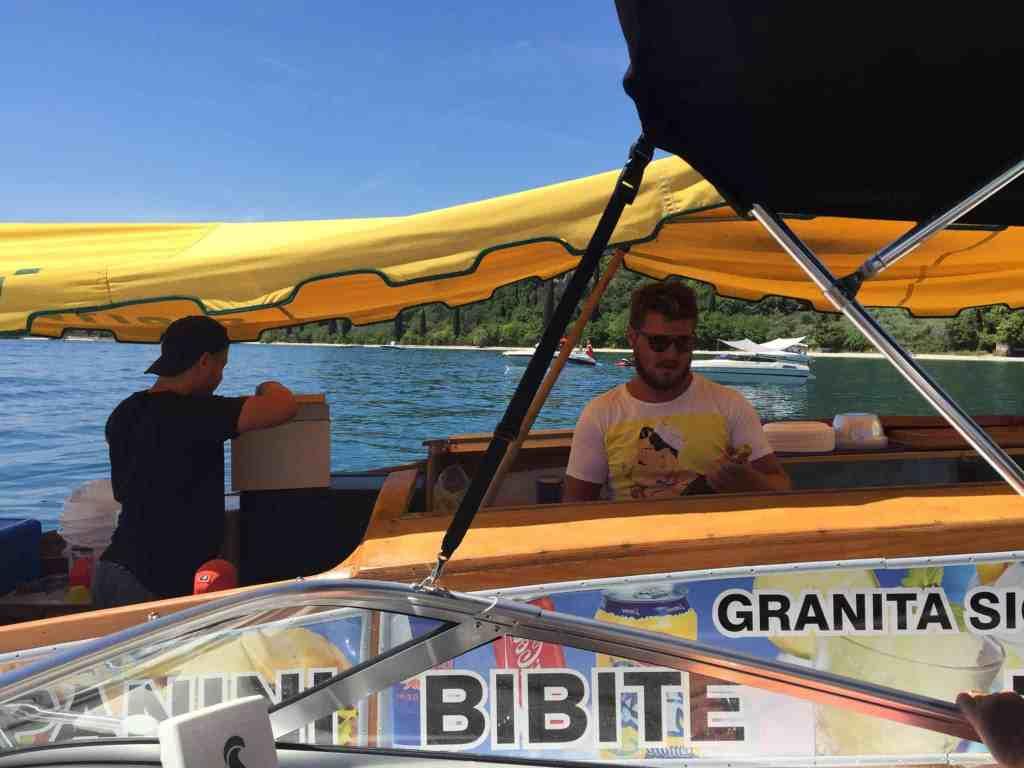 En typisk dag på Gardasøen med fuld servering