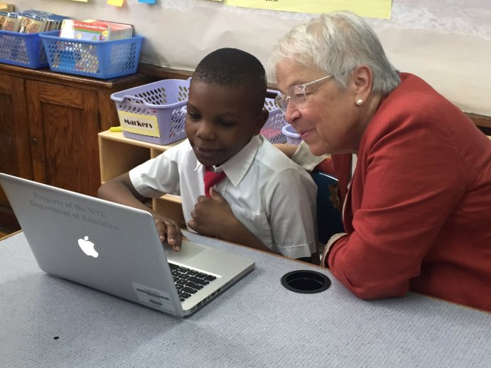 Chancellor with Student at Macbook