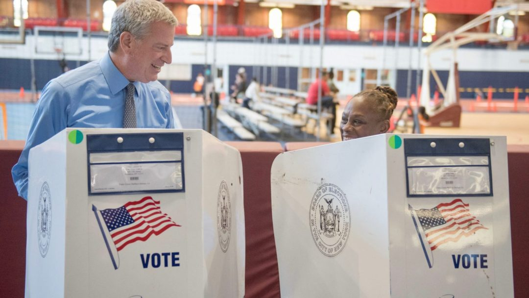 Mayor de Blasio voting alongside the First Lady, Chirlane McCray