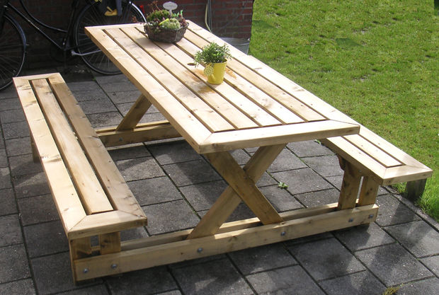 This picnic table is absolutely gorgeous. I love the wide plank design ...