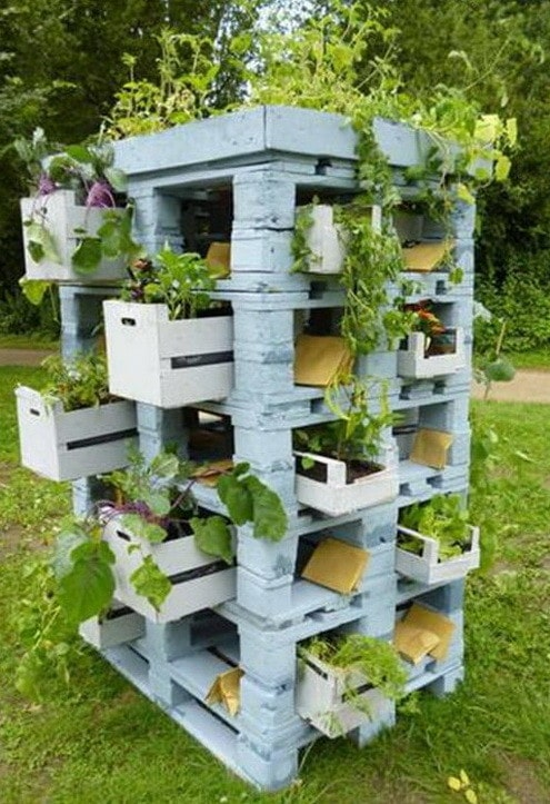 this is another vertical pallet garden if you look closely youll see that they basically just stacked pallets on top of one another - Garden Ideas With Pallets