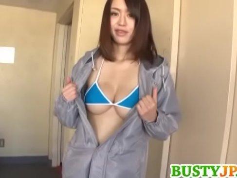 アダルトビデオ女優の新山かえでがファンの自宅に突撃してエッチなサービスをしてる無臭せい動画 mon
