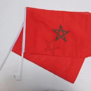 twee auto vlaggen met de marokkaanse vlaggen