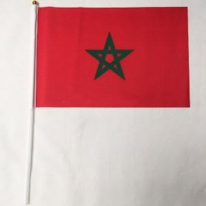 Een handvlag met de marokkaanse vlag