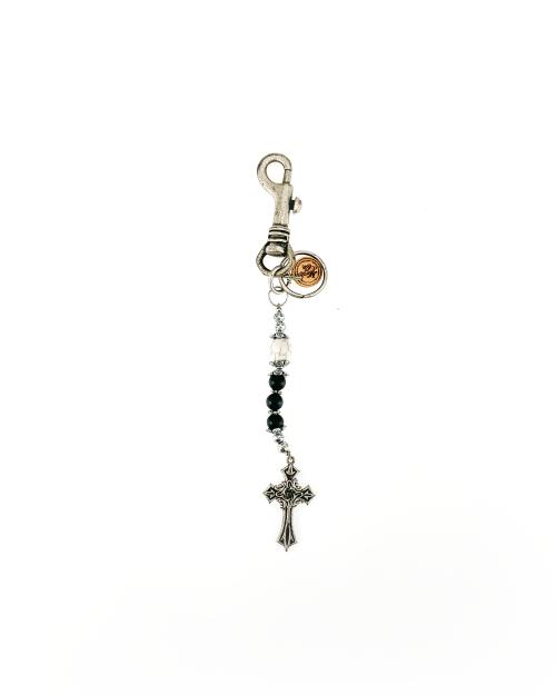 portachiavi accessori in metallo finitura argento antico, pietra agata nero opaco, teschio in pietra.