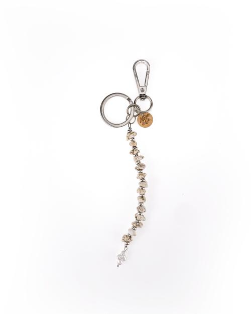 portachiavi moschettone e anello in acciaio finitura nichel, separatori in argento, croce in perla di fiume, pietre dure.