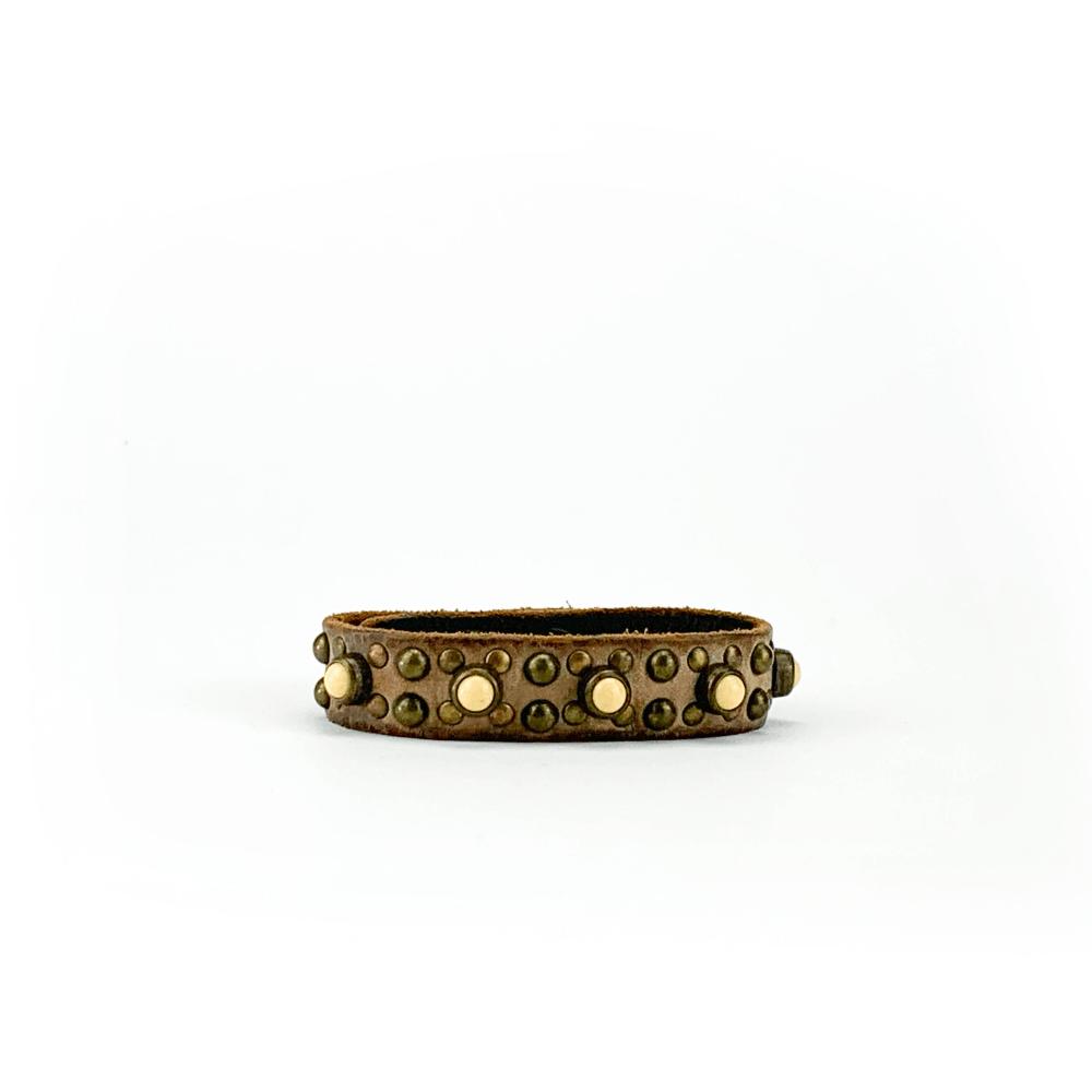 Bracciale in cuoio di toro lavorato a mano con accessori in metallo invecchiato ottone antico e pietre beige.