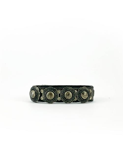 Bracciale in cuoio di toro lavorato a mano con accessori in metallo anticato.