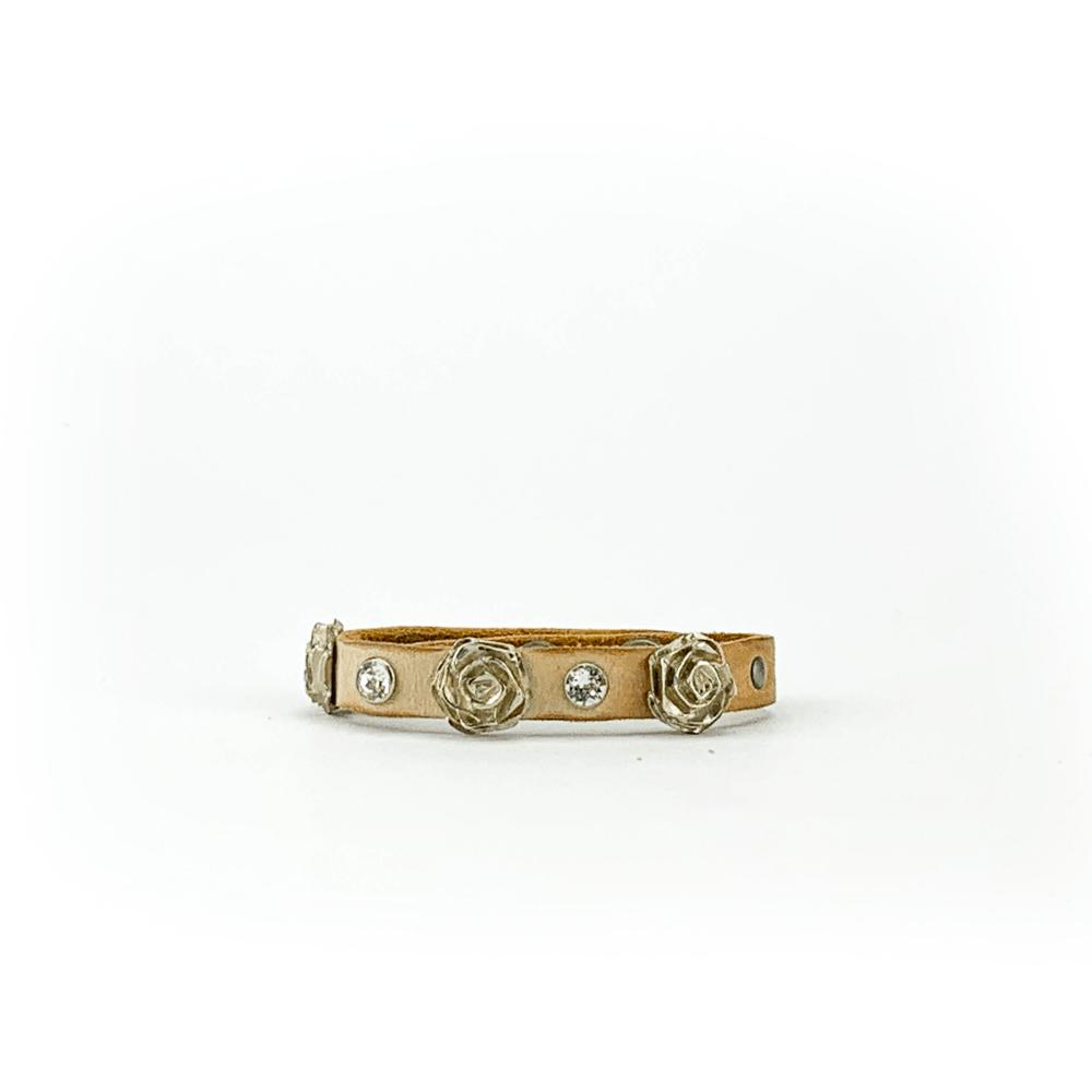 Bracciale in cuoio di toro lavorato a mano con accessori in metallo e cristalli Swarovski.