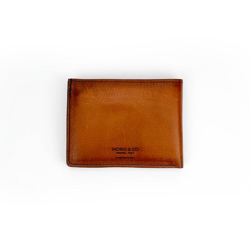 Portafoglio in vitello classico color brandy e bordi sfumati con pratiche tasche banconote, documenti, tessere e porta monete con automatico.